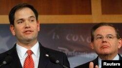 El senador Marco Rubio, izquierda, ofrecerá su discurso también en español. Rubio forma parte de un grupo bipartidista de senadores que promueven una reforma migratoria.