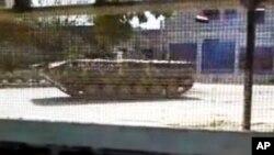 Foto yang diambil dari video amatir ini dirilis oleh Jaringan Berita Shaam, yang menunjukkan kendaraan lapis baja tentara Suriah yang masih berjaga di Idlib, Suriah (12/4).