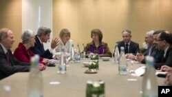 Para perunding internasional dari Iran dan negara-negara kuat dunia bertemu untuk hari kedua di Jenewa Kamis (21/11).