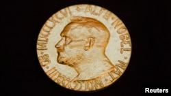 جایزۀ نوبل شامل یک مدال طلا، دیپلوم و مبلغ ۹۶۰ هزار دالر پول نقد است.