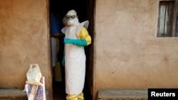 Wasu ma'aikatan lafiya yayin da suka kai dauki a wani gida da aka samu wani da cutar Ebola a Congo