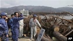 지난 4월 2일 간 나오토 일 총리(가운데)가 이와테현 리쿠젠다카타를 방문, 피해 현장을 둘러보고 있다.