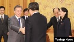 南韓總統文在寅在青瓦台會見北韓領導人金正恩的妹妹金與正(右)率領的北代表團(韓國聯合通訊社)