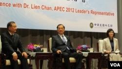 连战出席APEC行前记者会(美国之音张永泰拍摄)