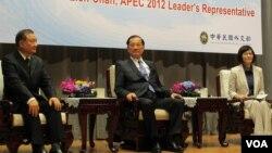台灣國民黨榮譽主席連戰(中)出席今年的亞太經合組織(APEC)首腦會議前會見台灣媒體。