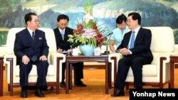 17일 베이징 인민대회당에서 후진타오 국가주석(오른쪽)을 면담한 북한 장성택 국방위원회 부위원장.