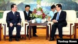 지난해 8월 베이징을 방문한 북한 장성택 국방위원회 부위원장 후진타오 국가주석(오른쪽)을 면담했다.