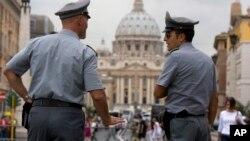 Dua polisi Italia siaga menjaga keamanan (foto: dok). Polisi Italia menangkap lebih dari 160 anggota kelompok mafia, hari Rabu (28/1).