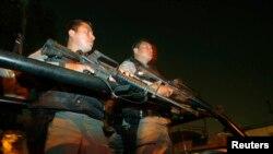 Polisi federal berjaga selama operasi anti-narkotika di pusat kota Mexico City 1 Maret 2007. (Foto: REUTERS/Daniel Aguilar)