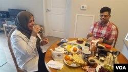 타밈 알말리키, 알리 알말리키 남매가 집에서 중동식 아침식사를 하고 있다.