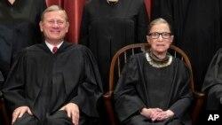 Anayasa Mahkemesi Başkanı John Roberts ve yargıç Ginsburg
