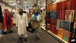 """Pengunjung dalam pameran """"Lifestyle Pakistan"""" di New Delhi. (Foto: Dok)"""
