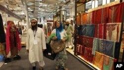 """Dalam foto tertanggal 12/4/2012 ini, para wakil delegasi dan pengunjung melihat pameran """"Gaya Hidup Pakistan"""" di New Delhi, India. Konflik puluhan tahun antara kedua negara telah berdampak pada perdagangan kedua negara yang saat ini sedang dalam upaya normalisasi."""