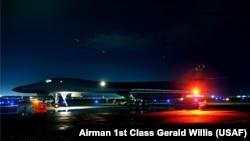 Pesawat pembom B-1B Lancer bersiap terbang dari Pangkalan AU AS Andersen, Guam, ke langit Jepang dan Semenanjung Korea, 30 Juli 2017.