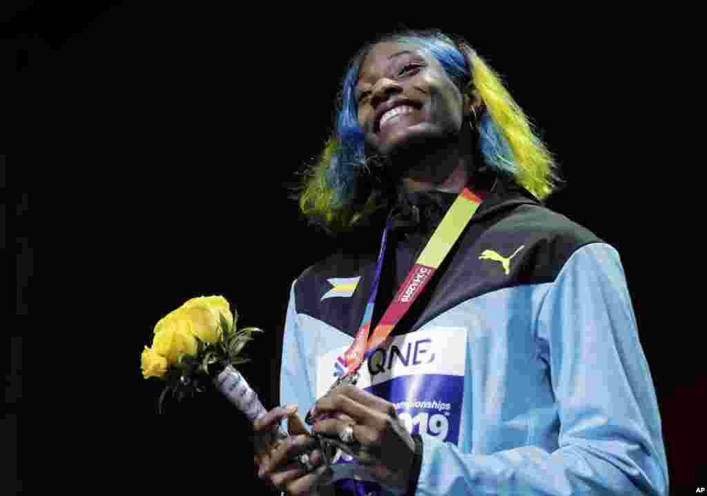 شوان میلر دونده ۲۵ ساله اهل باهاما در جشن قهرمانی ۴۰۰ متر زنان در مسابقات دو میدانی قهرمانی جهان در دوحه قطر.