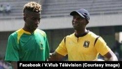 L'attaquant Jean-Marc Mundele de l'AS V. Club, à gauche, suit les directives de son entraîneur Florent Ibenge, lors du match de son équipe, sur une photo publiée le 17 avril 2018. (Facebook/V.Vlub Télévision).