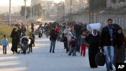 지난 27일 시리아 알레포 동부 지역을 탈출하는 주민들이 반군 점령 지역을 떠나 쿠르드 민병대 점령 지역으로 들어서고 있다.