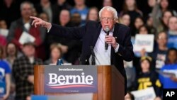 El candidato demócrata a la presidencia, el senador Bernie Sanders, independiente por Vermont, habla durante un evento de campaña, el viernes 28 de febrero de 2020, en Springfield, Massachusetts.
