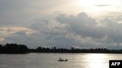 Việt Nam và Campuchia phản đối việc xây dựng đập Xayaburi vì lo ngại ảnh hưởng đối với cá và toàn bộ sinh thái của dòng sông.