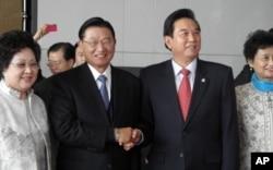 海基会董事长江丙坤和海协会会长陈云林握手