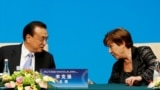 """2019 年 11 月 21 日,在中國北京釣魚台國賓館舉行的""""1+6""""圓桌會議之後的新聞發布會上,國際貨幣基金組織(IMF)總裁克里斯塔利娜·格奧爾基耶娃與中國總理李克強進行了會談。"""