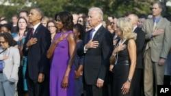 Tổng thống Obama, Ðệ nhất phu nhân Michelle, Phó Tổng thống Joe Biden, và phu nhân Jill Biden cử hành phút mặc niệm tại Tòa Bạch Ốc, ngày 11/9/2013, 12 năm sau vụ tấn công khủng bố giết chết gần 3000 người.