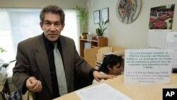 """Foto de archivo de Raymundo Olivas, un """"asistente de inmigración"""" que explica las diferencias entre notario y abogado en Seattle."""