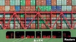 ARSIP – Kontainer perkapalan China tersusun di atas kapal di Pelabuhan Los Angels yang memuat barang impor ke AS (foto: REUTERS/Lucy Nicholson/Foto Arsip)