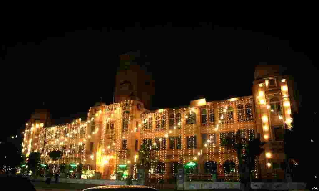 روشنیوں میں جگمگاتی کے ایم سی کی عمارت جو ایم اے جناح روڈ پر واقع ہے