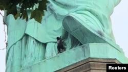 2018年7月4日,纽约自由女神像上的一名抗议者