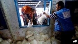 이스라엘과 하마스의 휴전 이틀째를 맞은 6일, 가자지구 샤티의 난민캠프에서 유엔 지원 식량을 나눠주고 있다.
