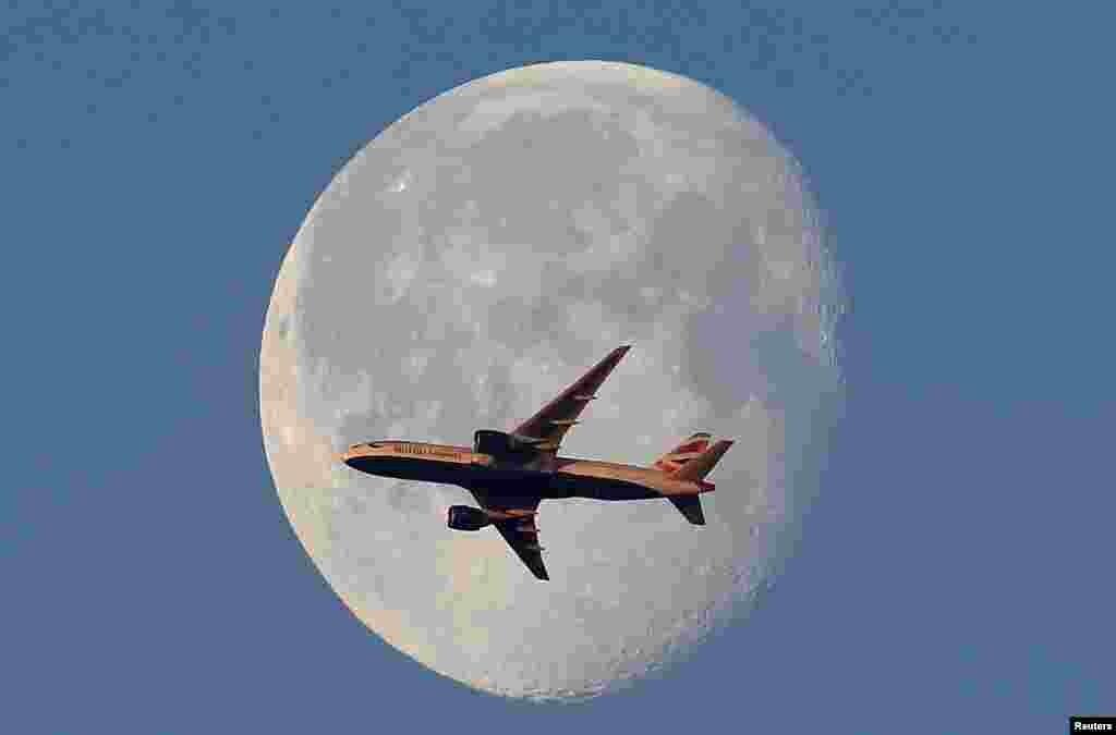 شکار ماه و هواپیما؛ پرواز هواپیمای شرکت هواپیمایی بریتیش ایرویز بر فراز آسمان لندن