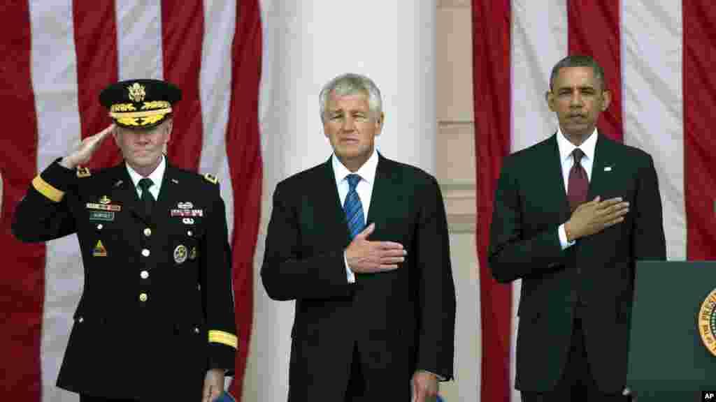 미국 알링턴 국립묘지에서 27일 열린 메모리얼데이 기념식에 바락 오바마 미국 대통령과 척 헤이글 국방장관, 마틴 뎀시 합참의장(오른쪽부터)이 참석했다.