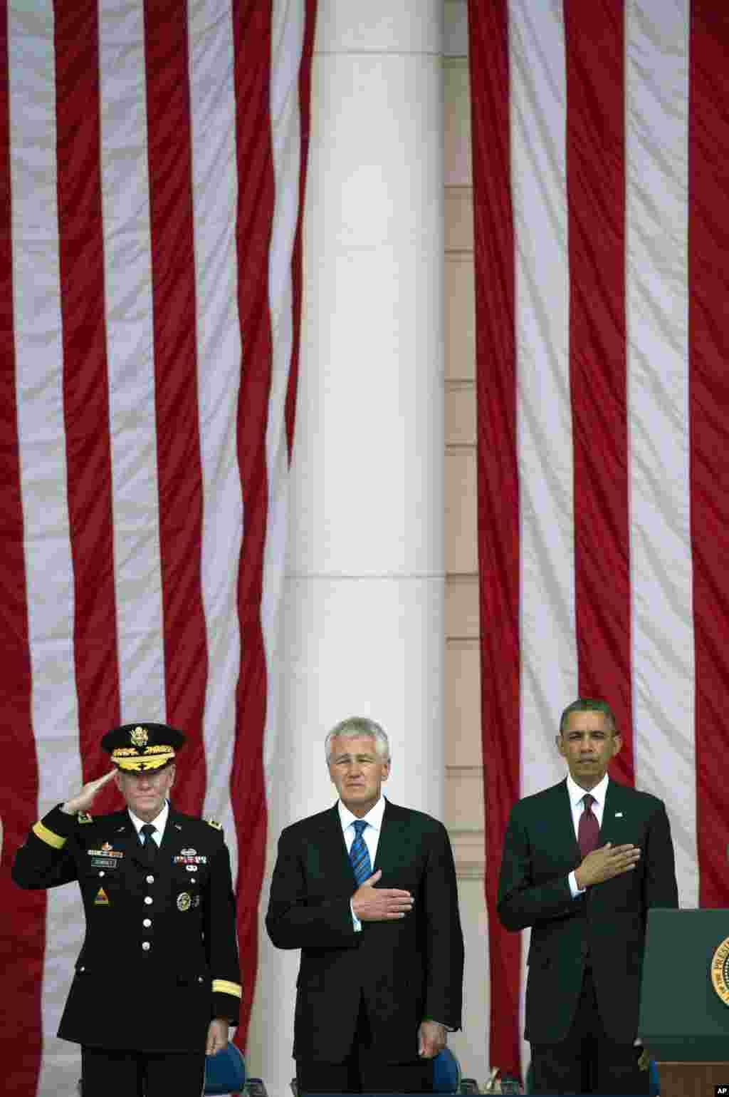 El presidente Obama junto al jefe del Estado Mayor Conjunto, Gen. Martin Dempsey, y el secretario de Defensa, Chuck Hagel en el cementerio de Arlington.