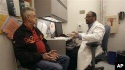 Menurut Alessia Bachis, peneliti ilmu saraf di Rumah Sakit Universitas Georgetown yang mempelajari virus AIDS, otak pengidap HIV-positif membuktikan neuron rusak, biasanya tanda penuaan, lebih cepat dibandingkan otak orang yang tidak sakit (foto: Dok.)..