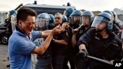 2016年6月30日,意大利警方在佛罗伦萨郊外的塞斯托·菲奥伦蒂诺当地中国社区成员发生冲突时,使用防暴装置推搡一名抗议者。