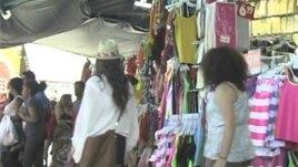 Những người tìm mua hàng giá rẻ thường đổ về khu buôn bán thành phố Los Angeles và khu Santee Alley
