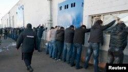 Rusiya polisi miqrasiya qanunlarını pozan mühacir əməkçilərə qarşı mütəmadi reydlər keçirir.