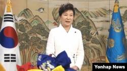 """박근혜 한국 대통령이 31일 청와대 페이스북을 통해 공개한 신년사에서 """"빈틈없는 안보태세로 북한의 도발에는 단호하게 대응하면서 대화의 문은 항상 열어놓고 평화통일의 한반도 시대를 향해 나아가겠다""""고 밝히고 있다."""