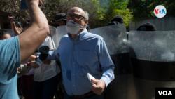 Carlos Fernando Chamorro, mientras era desalojado de la propiedad donde estaba ubicado Confidencial, antes de su allanamiento en 2018. [Foto archivo/ Houston Castillo Vado]