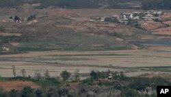 지난 5월 한국 파주 통일전망대에서 바라본 북한군 초소와 개풍 마을.