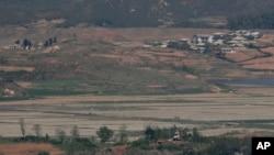 지난 2019년 5월 한국 파주 통일전망대에서 바라본 북한군 초소와 개풍 마을.