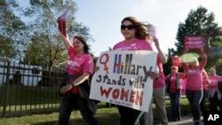 Según la media de encuestas que elabora la web Real Clear Politics, la ventaja de Clinton a nivel nacional se sitúa en 5,5 puntos.
