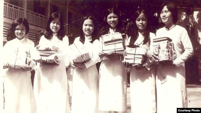 Các nữ sinh trường Trưng Vương thời xưa.