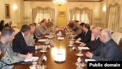 General Jozef Denford Irbilda kurd rasmiylari bilan uchrashmoqda