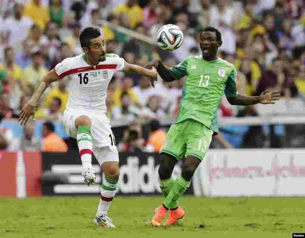 ایران کے غوچن نجاد نائجیریا کے اوشن نیوا کے ساتھ فٹ بال کےلیے تگ و دو میں مصروف