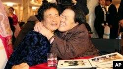 지난해 10월 금강산호텔에서 열린 남북 이산가족 2차상봉에서 남측 상봉단의 조순전(오른쪽) 씨가 북측의 여동생 조귀녀 씨를 부둥켜 안고있다. (자료사진)