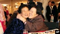 24일 금강산호텔에서 열린 남북 이산가족 2차상봉에서 남측 상봉단의 조순전(오른쪽) 씨가 북측의 요동생 조귀녀 씨를 부둥켜 안고있다.