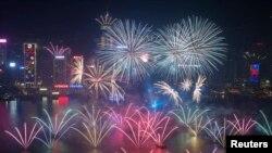 Pháo hoa nổ tung trên cảng Victoria đón năm mới tại Hồng Kông.