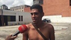 Venezolanos buscan comida en basureros